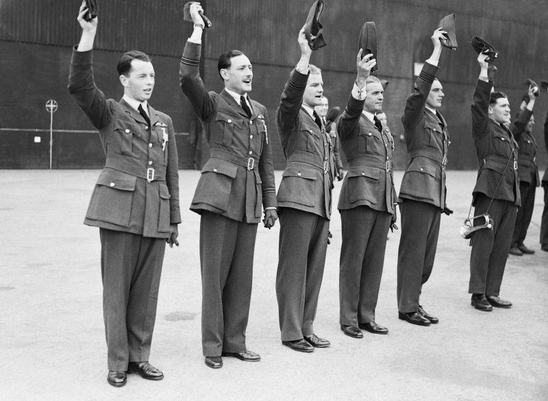 Пилоты английской 54-й истребительной эскадрильи на церемонии награждения в присутствии короля Георга VI. 1940 г.