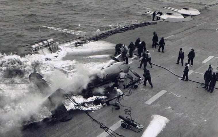 Тушение пожара на палубе авианосца «Илластриес» после аварийной посадки самолета. 1941 г.