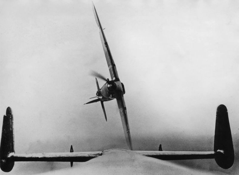 Истребитель «Харрикейн» выполняет разворот во время выхода из учебной атаки на бомбардировщик. 1940 г.