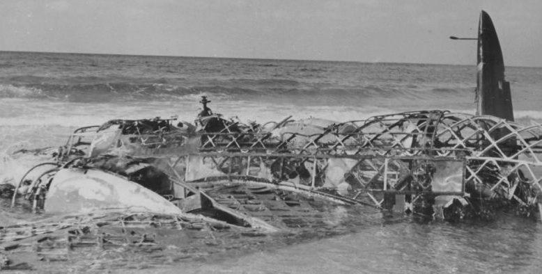 Сбитый и сгоревший бомбардировщик «Веллингтон» на побережье в полосе прилива. 1940 г.