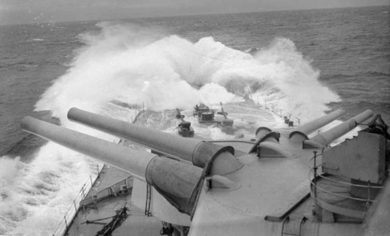 Носовые 381-мм орудия главного калибра линейного крейсера «Ринаун» в море. 1941 г.