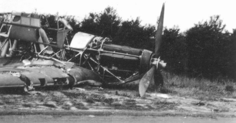 Разбитый истребитель «Хоукер Харрикейн» у дороги во Франции. 1940 г.