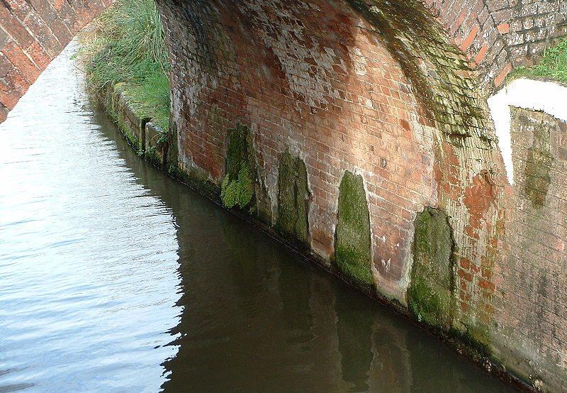 Камеры для взрыва моста через канал Бриджуотер, позже заполненные бетоном.