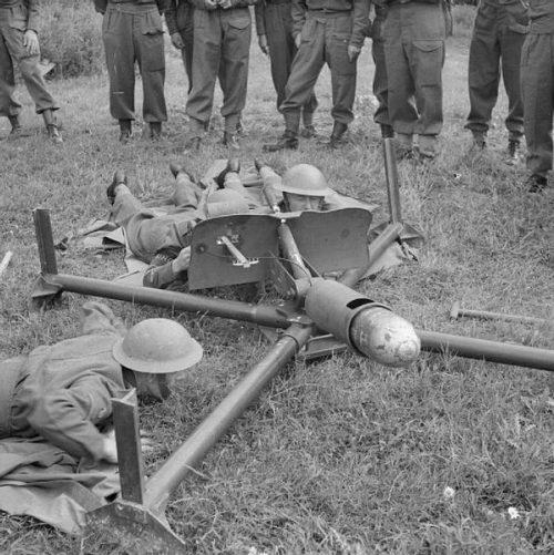Ополчение готовится к стрельбе из Blacker Bombard во время тренировки с инструкторами Военного ведомства. 30 июля 1941 г.