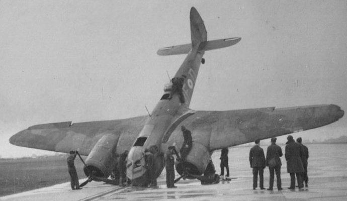 Бомбардировщик Бристоль «Бленхейм» после неудачной посадки. Авиабаза Тангмир, 1940 г.