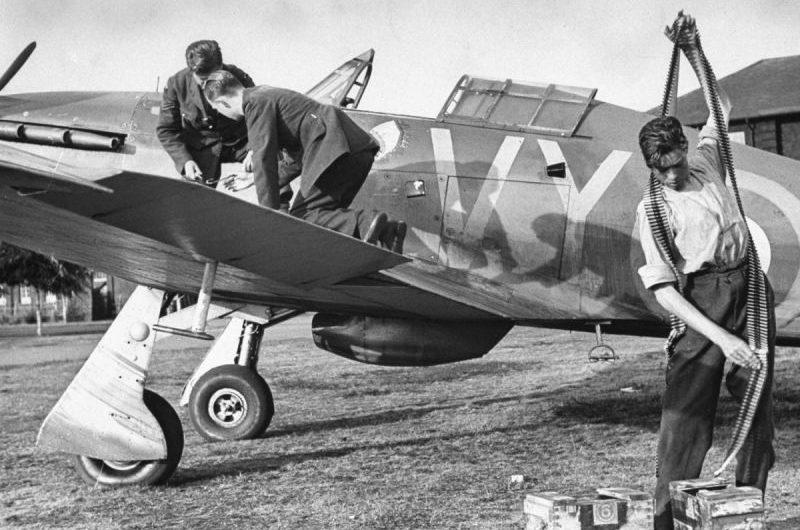 Подготовка истребителя «Харрикейн» к вылету. 1940 г.