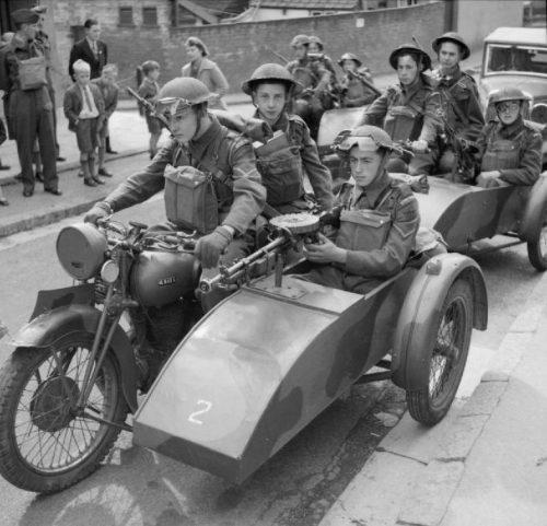 Патруль на мотоциклах с пулеметами Льюиса, во время учений недалеко от Эксетера. 10 августа 1941 г.