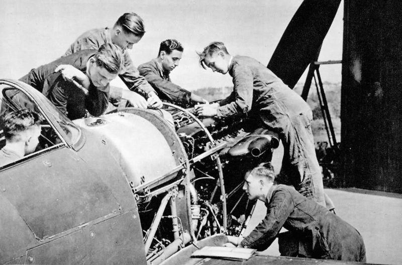 Кадеты изучают устройство двигателя Роллс-Ройс Мерлин истребителя «Харрикейн». 1940 г.