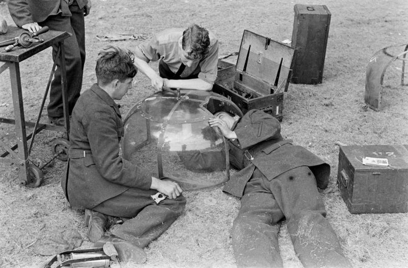 Авиатехники ремонтируют остекление блистера верхней стрелковой точки бомбардировщика Бристоль «Бленхейм». 1940 г.