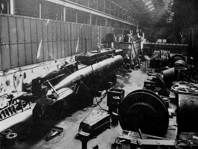 Производство сверхмалой подводной лодки на заводе «Томас Бродбент и сыновья» в Хаддерсфилде. 1941 г.