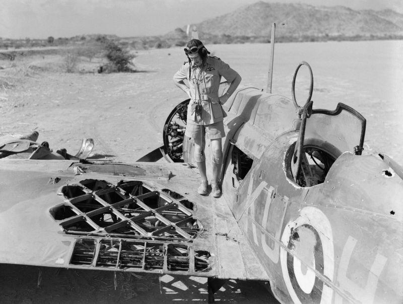 Пилот Уолтер Кеннеди осматривает повреждения своего бомбардировщика Виккерс «Уэллсли» на аэродроме Акордат в Эритрее. 25 марта 1941 г.