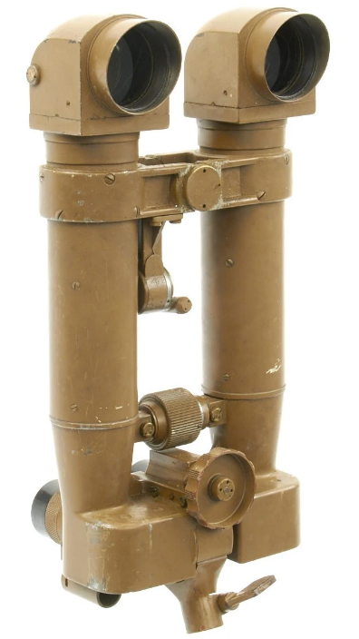 Стереотруба командира батареи М93 8x6º. Она имеет 8-кратное увеличение и поле зрения 6°.