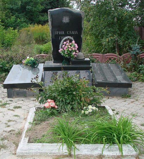 с. Пристанционное Малинского р-на. Братская могила, в которой похоронено 247 советских воинов.