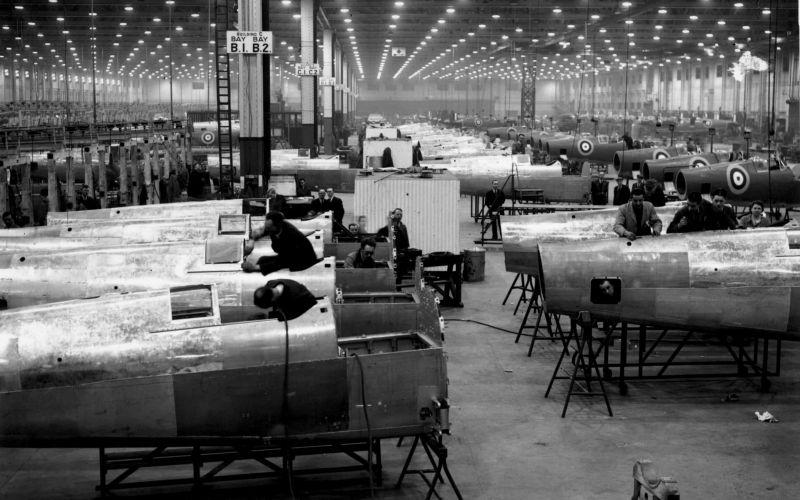 Цех сборки истребителей «Спитфайр» авиазавода Касл-Бромвич в Бирмингеме. Апрель 1941 г.