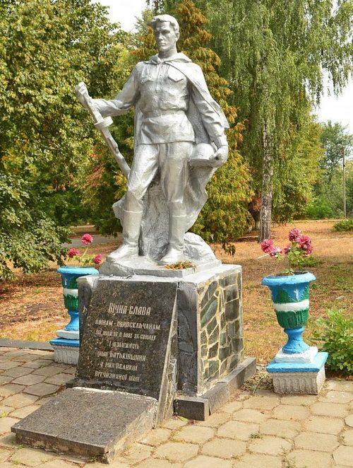 с. Скураты Малинского р-на. Памятник, установленный на братской могиле, в которой похоронено 34 советских воинов.
