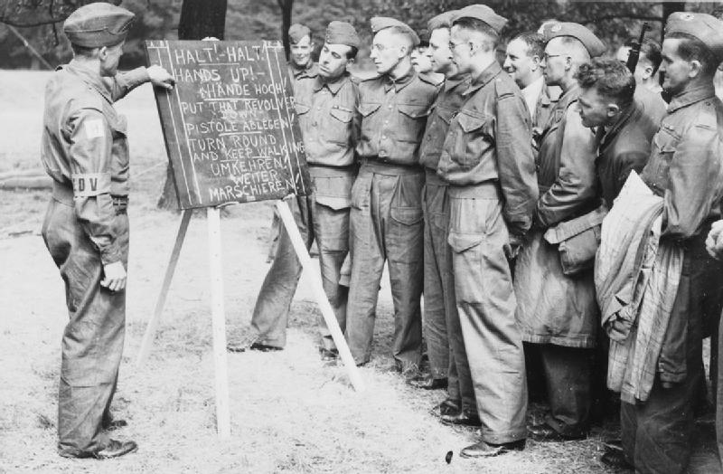 Ополченцы изучают простые немецкие слова. 1941 г.
