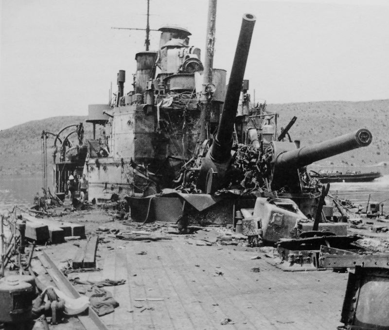 Разрушенные орудийные башни тяжелого крейсера «Йорк». 1941 г.