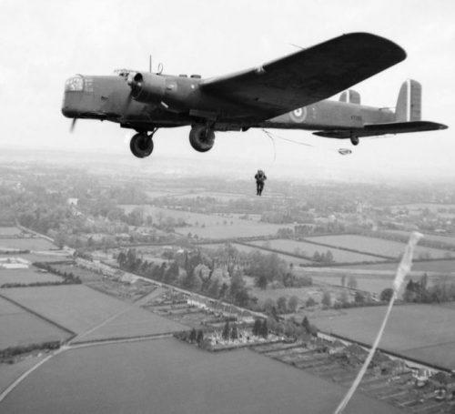 Выброска десантников с борта самолета A.W.38 «Уитли». 25 мая 1941 г.
