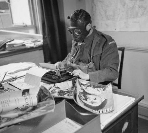Капрал ополчения во время тренировки за работой. 1941 г.