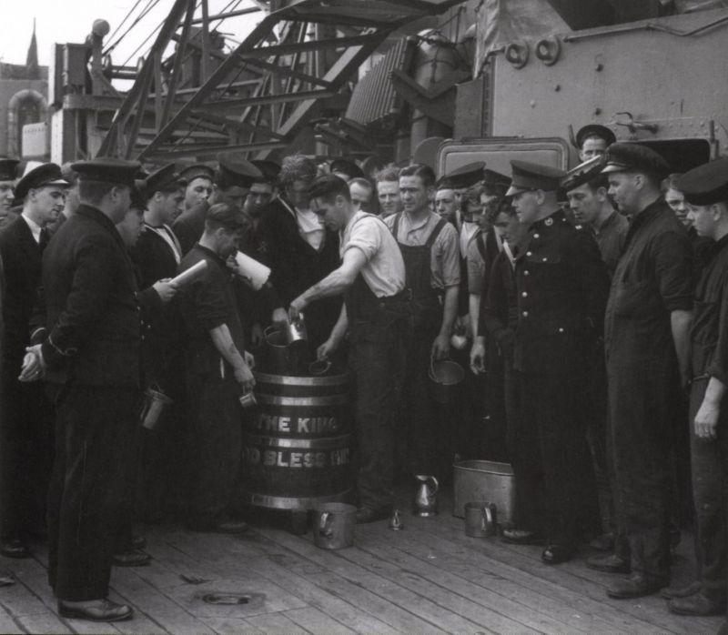 Раздача рома морякам линкора «Родни». 1941 г.