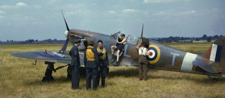 Британские летчики из 54-й эскадрильи у истребителя Супермарин «Спитфайр» на авиабазе Хорнчёрч. Май 1941 г.