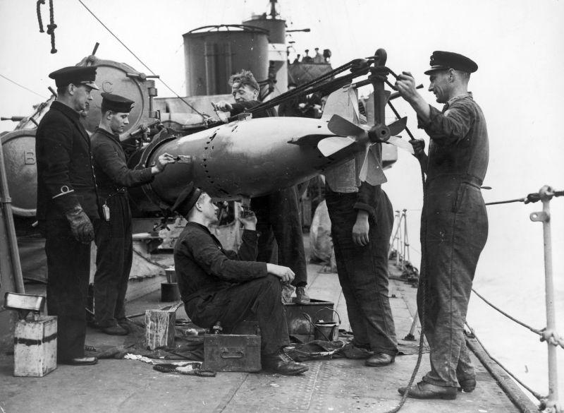 Моряки эсминца «Вэнок» заряжают торпедный аппарат. 1941 г.