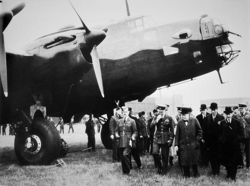 Уинстон Черчилль на авиабазе Королевских британских ВВС. 6 июня 1941 г.