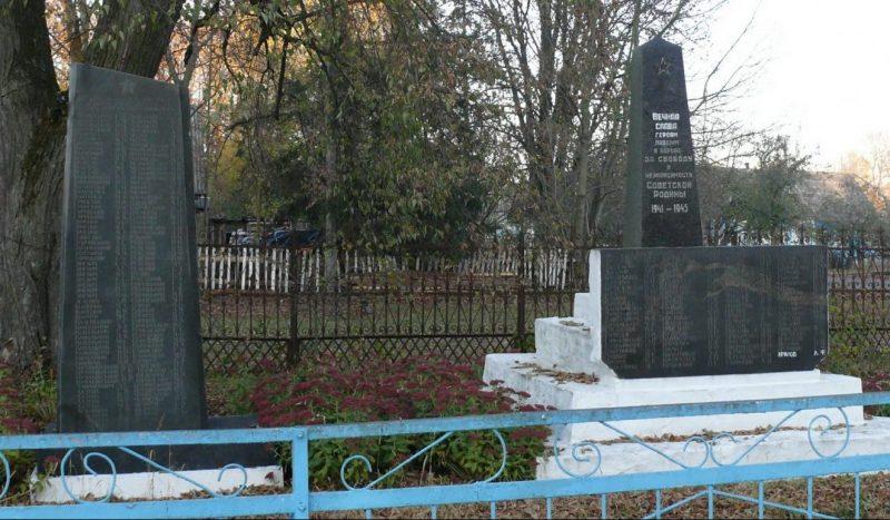 с. Устиновка Малинского р-на. Братская могила советских воинов.