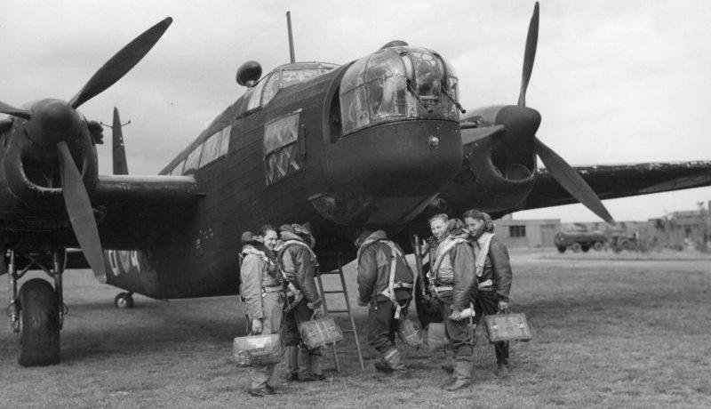 Экипаж поднимается в бомбардировщик Виккерс «Веллингтон» на аэродроме Дриффилд. Август 1941 г.