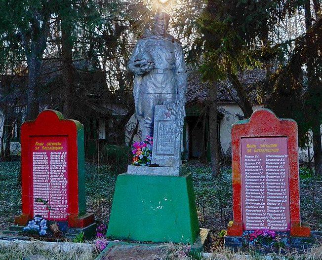с. Большие Клещи Народичского р-на. Братская могила советских воинов и памятник воинам-односельчанам.