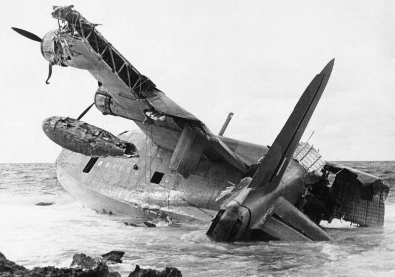 Летающая лодка Шорт «Сандрленд», выброшенная на камни после вынужденной посадки у побережья Ливии. Декабрь 1941 г.