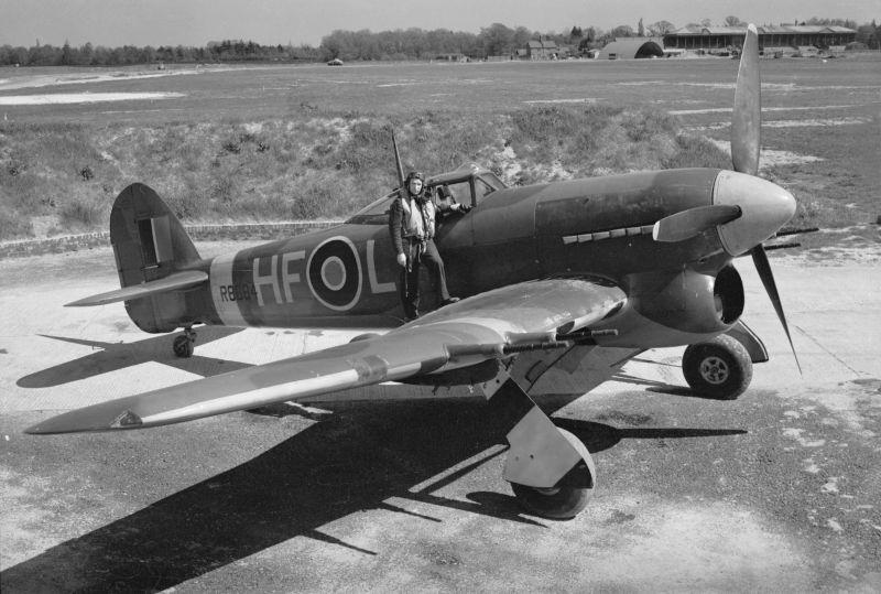 Летчик Уолтер Дринг у своего истребителя-бомбардировщика Хоукер «Тайфун» на аэродроме Гатвик. 1941 г.