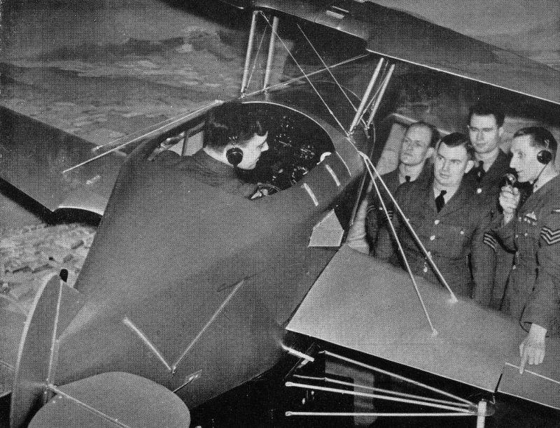 Курсант летной школы на занятии в имитаторе кабины самолета-биплана. 1941 г.