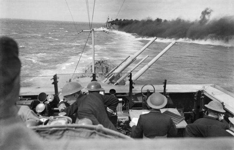 Британский легкий крейсер «Клеопатра» ставит дымовую завесу в Средиземном море. 22 марта 1942 г.