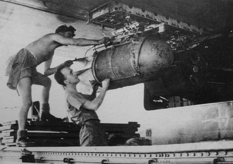 Загрузка глубинной бомбы в гидросамолет Шорт «Сандерленд» на базе в Западной Африке. 1941 г.