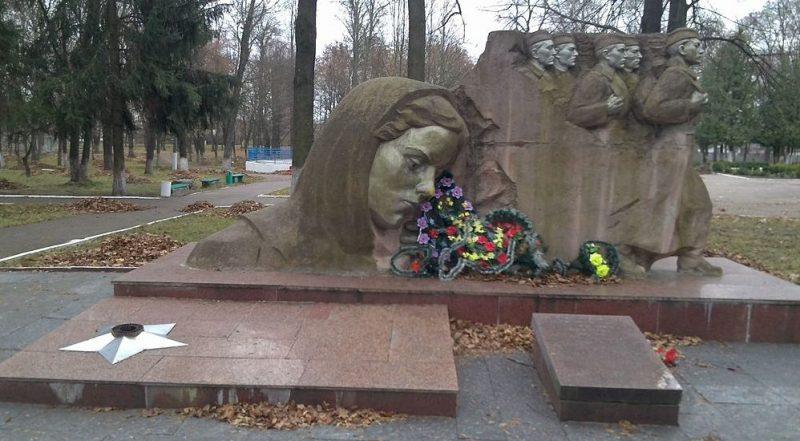 п. Народичи. Памятник, установленный на братской могиле, в которой похоронено 6 советских воинов. Скульптор - И. С. Табачник, архитектор - П. М. Бирюк.