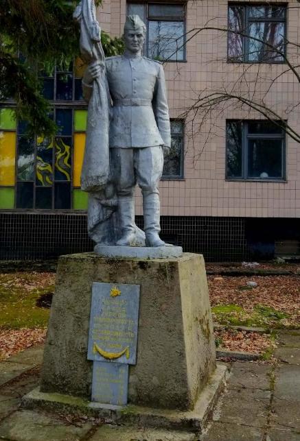п. Народичи. Памятник советским воинам.