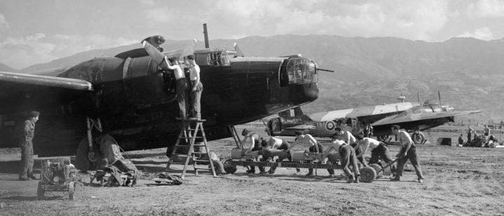 Подвоз 500-фунтовых авиабомбам к бомбардировщику Виккерс «Веллингтон» B Mk. на аэродроме Блида в Алжире. 1941 г.