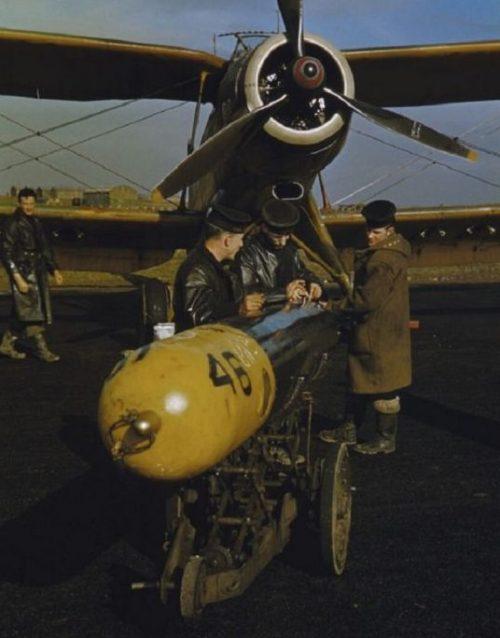 Курсанты британских ВВС работают с учебной торпедой у палубного торпедоносца-бомбардировщика Фэйри «Альбакор» на аэродроме Риддл. 1941 г.