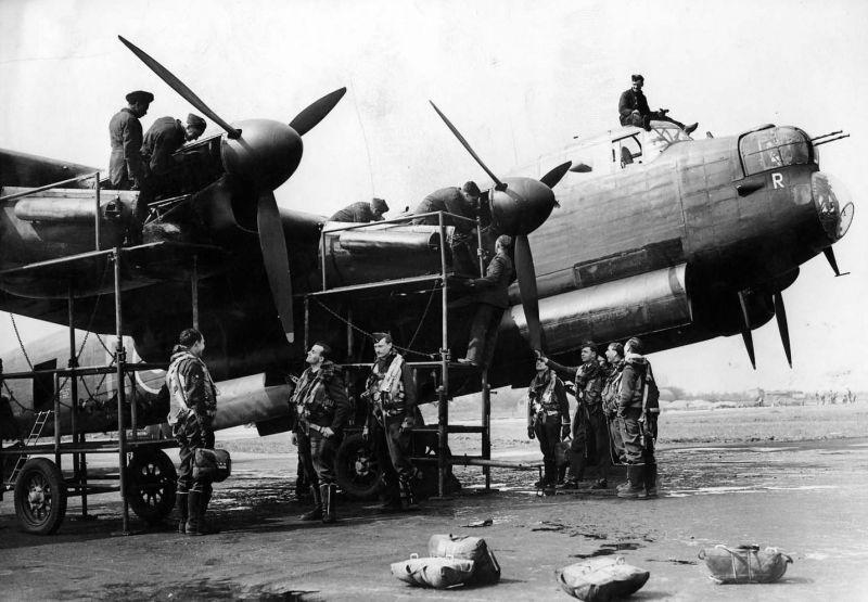 Предполетная проверка двигателей бомбардировщика «Ланкастер» Mk.I. 1941 г.