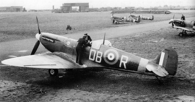 Английские женщины-техники из WAAF помогают пилоту истребителя «Спитфайр» MkII подготовиться к боевому вылету. 1941 г.