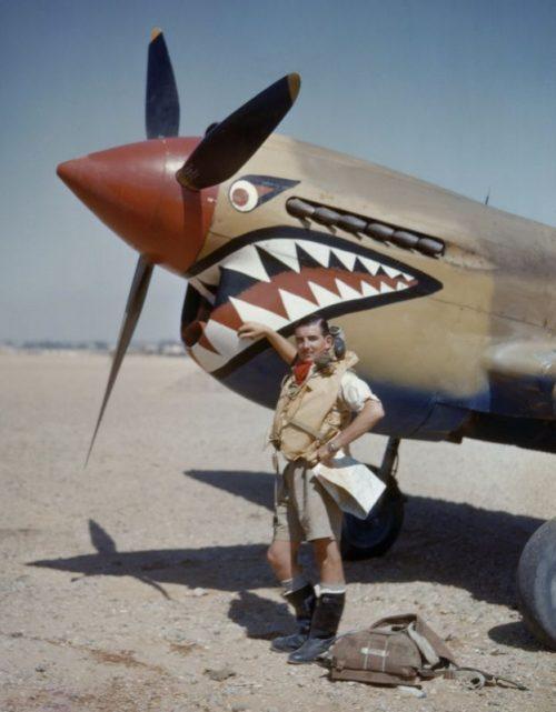 Пилот Альфред Костелло у своего истребителя P-40E на аэродроме Сиди-Ханейш в Египте. Апрель 1942 г.