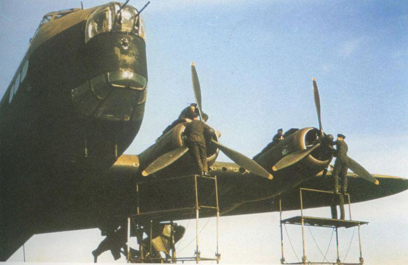 Подготовка к вылету бомбардировщика Шорт «Стирлинг» Mk.I. 29 апреля 1942 г.