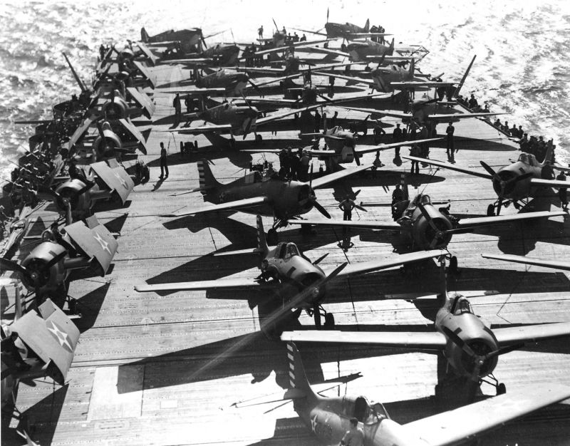 Истребители «Уайлдкэт и «Спитфайр Mk.Vc» на палубе авианосца «Уосп».19 мая 1942 г.