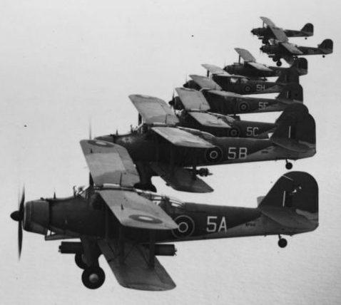 Британские торпедоносцы Фэйри «Альбакор» Mk.I в тренировочном полете. 22 июня 1942 г.