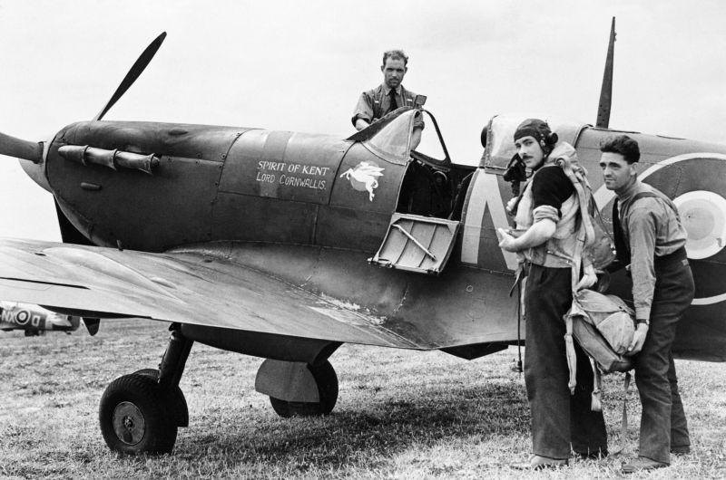 Летчики перед боевым вылетом у истребителя «Спитфайр» Mk.Vb на аэродроме Мерстон. Июнь 1942 г.