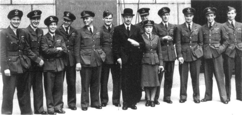 Главный маршал авиации Хью Даудинг и группа летчиков-истребителей британских ВВС, отличившихся в ходе «Битвы за Британию». 14 сентября 1942 г.