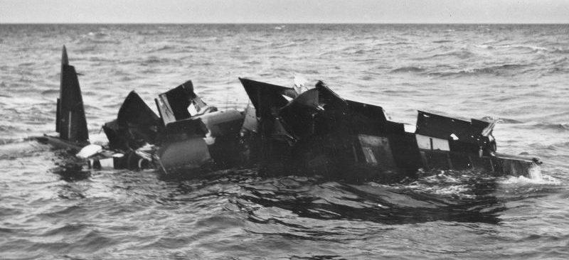 Плавающие на воде обломки британского истребителя «Москито». 1942 г.