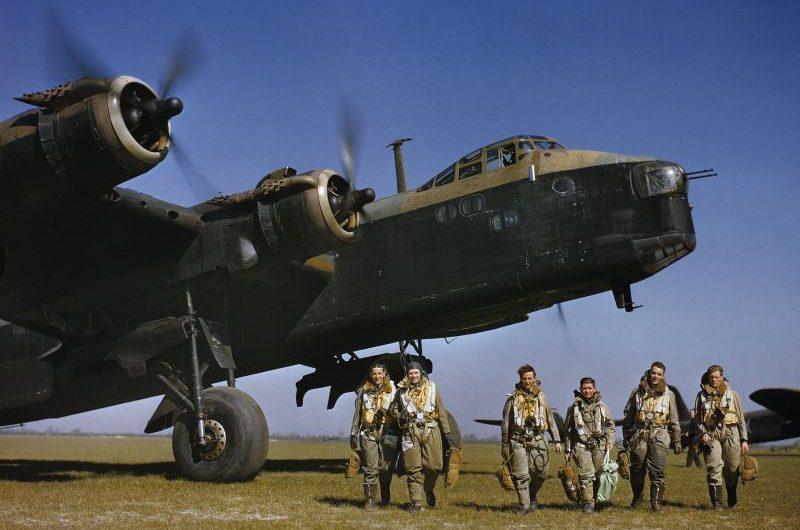 Экипаж бомбардировщика Шорт «Стирлинг» перед вылетом на авиабазе Уотербич. 1942 г.