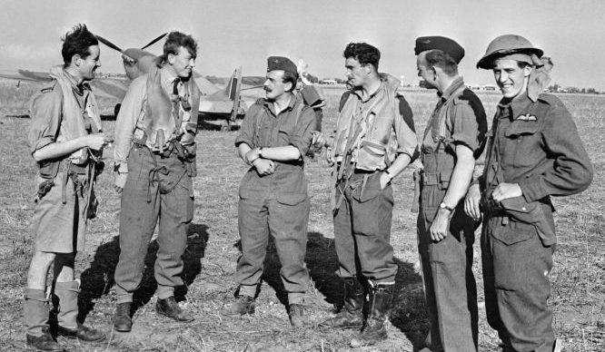Пилоты Королевских ВВС на аэродроме Мэзон-Бланш. 1942 г.